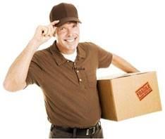Mensajero entregando paquete